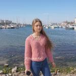 Вязаный спицами свитер английской резинкой